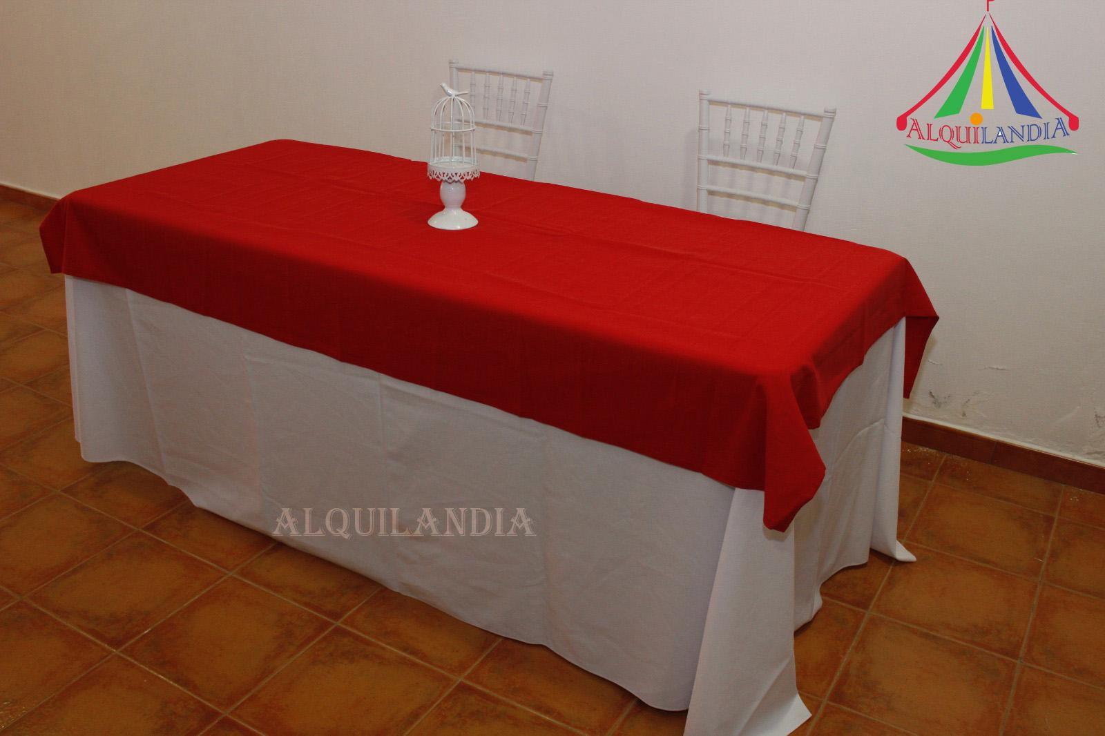 Mantel blanco y cubremantel rojo